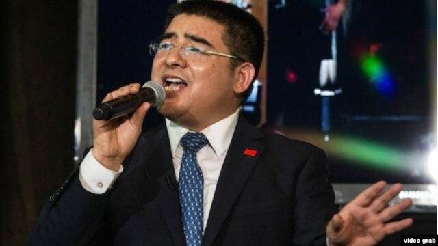 Tỷ phú Trần Quang Báo hát bài We Are The World trong phần biểu diễn tài năng