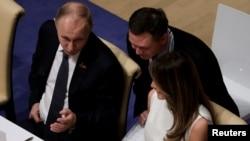 Президент Путін поруч з Меланією Трамп на вечері у Гамбурзі 7 липня.