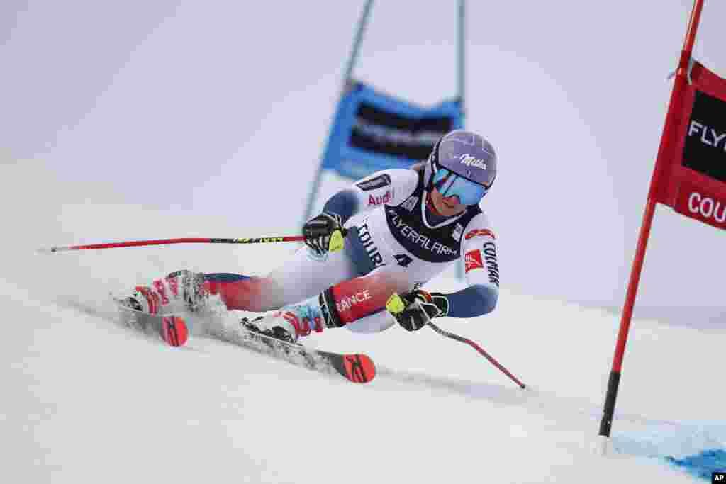 تسا ورلی، اسکی باز فرانسوی، در جریان رقابت های اسکی آلپاین در جام جهانی اسکی زنان در فرانسه