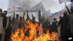 나토군의 공습을 비난하는 파키스탄 시위대
