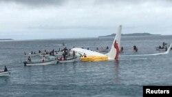 En un principio la aerolínea Air Niugini informó que todos los pasajeros y miembros de la tripulación evacuaron la aeronave a salvo.