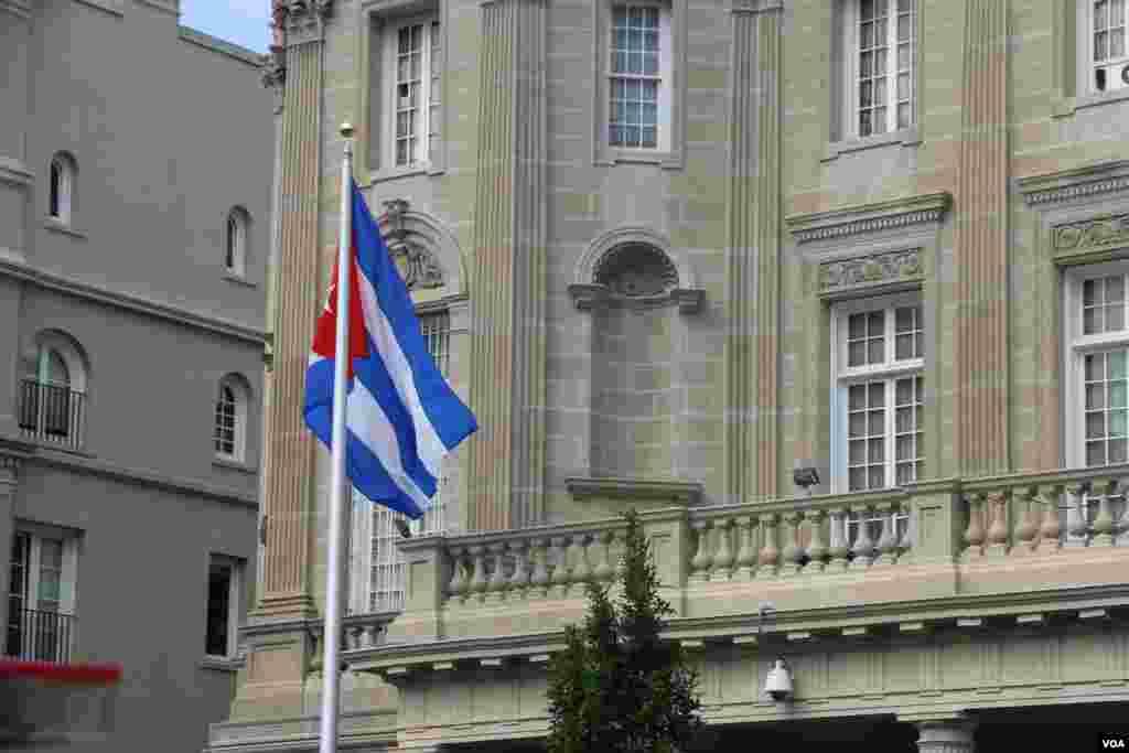 古巴驻美使馆20号升起古巴国旗 (美国之音杨晨拍摄)