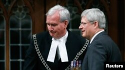 스티븐 하퍼 캐나다 총리(오른쪽)가 23일 의회 연설에 앞서 전날 의회 총격 사건 당시 범인을 사살한 케빈 픽커스 경위를 격려하고 있다.
