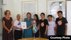 Blogger Nguyễn Đình Hà mặc áo trắng, thứ hai từ bên phải (Ảnh: Mạng lưới blogger Việt Nam)
