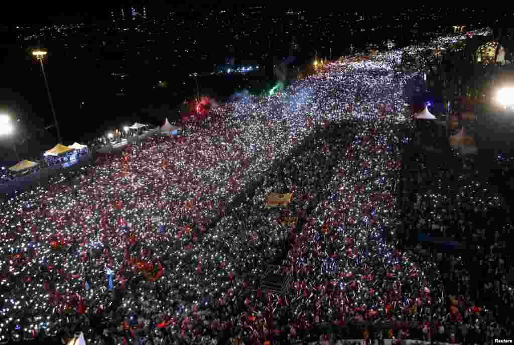 Warga Turki berkumpul untuk merayakan satu tahun kudeta militer yang gagal di jembatan Bosporus di kota Istanbul.