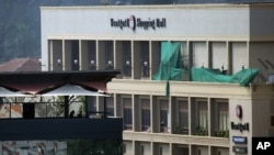 Pripadnici kenijskih snaga bezbednosti na krovu zgrade preko puta šoping mola Vestgejt
