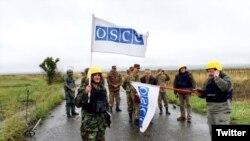 ATƏT-in Minsk qrupunun həmsədrləri cəbhə xəttində (Foto Ceyms Uorlikin Twitter səhifəsindən götürülüb)