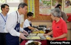 张志军和老人用餐(陆委会提供)