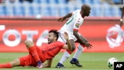 Yacouba Coulibaly, du Burkina Faso, à droite, efface Taha Yassine Khenissi de la Tunisie, lors d'un match des Quarts de finale de la CAN 2017 entre la Tunisie et le Burkina Faso au Stade de l'Amitié, à Libreville, Gabon, 28 janvier 2017.