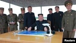 «کیم جونگ اون» رهبر کره شمالی و همراهانش بعد از آزمایش موشکی روز سه شنبه.