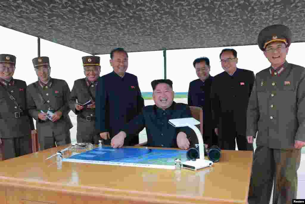 북한은 김정은 국무위원장이 지도하는 가운데 화성-12 탄도미사일 발사 훈련을 실시했다고, 관영 '조선중앙통신'이 30일 보도했다.