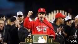 Tony La Russa es el único mánager de las Ligas Mayores en ganar múltiples banderines en la Liga Americana y Nacional.