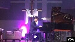 지난 25일 탈북자 피아니스트 김철웅 교수가 미국 워싱턴 인근 열린문장로교회에서 열린 토크콘서트에서 연주하고 있다.