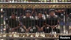 Cảnh sát chống bạo loạn gác trước trụ sở quốc hội ở Cairo hôm 10/7/12