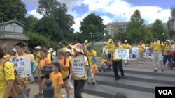法轮功学员开始从国会山向林肯纪念堂游行