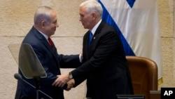 마이크 펜스 미국 부통령(오른쪽)이 22일 이스라엘 예루살렘에서 가진 의회 연설에 앞서 벤자민 네타냐후 총리와 악수하고 있다.