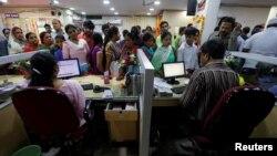 Người dân xếp hàng chờ gửi tiền trong một ngân hàng ở thành phố Kanpur, Ấn Độ, 10/11/2016.