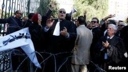 Des avocats tunisiens manifestent contre la proposition du gouvernement devant le Parlement à Tunis, Tunisie, le 23 novembre 2016.