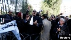 Des avocats tunisiens manifestent devant le Parlement à Tunis, Tunisie, le 23 novembre 2016.