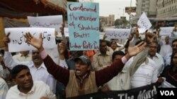 Warga mengutuk pembunuhan Menteri Shahbaz Bhatti dalam sebuah aksi protes di Karachi, Rabu (2/3).