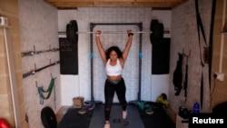 La levantadora de pesas británica, Zoe Smith, durante una sesión de entrenamiento en un garaje, luego del brote de la enfermedad por coronavirus (COVID-19), Loughborough, Gran Bretaña, 5 de mayo de 2020.