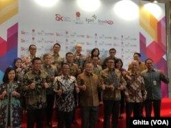 Seluruh DIreksi BEI Berphoto bersama usai penutupan perdagangan IHSG 2019, di BEI, Jakarta, Senin, 30 Desember 2019. (Foto: VOA/Ghita)