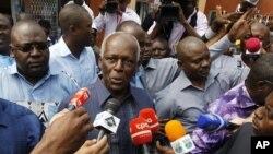 Tổng thống Angola Jose Eduardo dos Santos (giữa) nói chuyện với phóng viên sau khi đi bỏ phiếu ở thủ đô Luanda, 31/8/2012