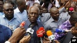 Tổng thống Angola Jose Ecuado dos Santos (giữa) nói chuyện với các nhà báo sau khi bỏ phiếu trong thủ đô Luanda 31/8/12