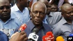 Presiden Angola, Jose Eduardo dos Santos (tengah) dipastikan akan memperpanjang kekuasaannya di Angola yang sudah berlangsung selama 33 tahun.