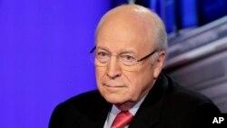 Trump se ha burlado de Dick Cheney y George W. Bush por su manejo de la guerra en Irak, pero defiende el ahogamiento simulado, práctica de tortura que Cheney respalda.