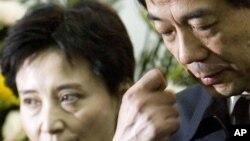 薄熙来与他的妻子谷开来在薄一波的追悼会上