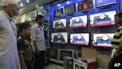 Dân Pakistan nghe Thủ tướng Nawaz Sharif đọc diễn văn trên truyền hình tại một cửa hàng điện tử, 19/8/13