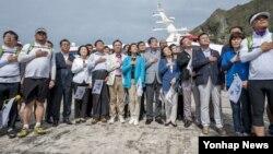 광복절인 15일 새누리당 나경원(가운데 하늘색 옷) 의원을 단장으로 하는 '국회 독도방문단' 의원 10명이 독도를 방문하고 있다.