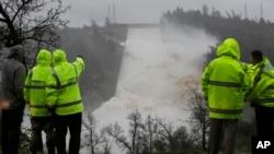Chute d'eau du déversoir auxiliaire du barrage d'Oroville où des dommages ont été découverts le 9 février 2017