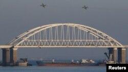 រូបឯកសារ៖ យន្តហោះចម្បាំងរបស់រុស្ស៊ីហោះលើស្ពានដែលតភ្ជាប់ពីដីគោករុស្ស៊ីទៅនឹងឧបទ្វីប Crimea ក្រោយពីនាវាកងទ័ពជើងទឹកអ៊ុយក្រែនចំនួន ៣ គ្រឿងត្រូវបានបញ្ឈប់ដោយរុស្ស៊ីមិនឲ្យចូលសមុទ្រ Azov តាមច្រកសមុទ្រ Kerch ក្នុងសមុទ្រខ្មៅនៅតំបន់ Crimea។