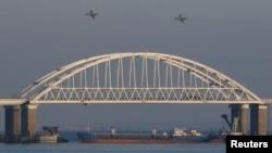 Фото 2018 року: російські військові літаки над Керченським мостом