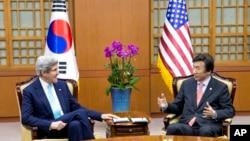 美国国务卿约翰·克里与韩国外交通商部长官尹炳世在首尔会晤(2014年2月13日)