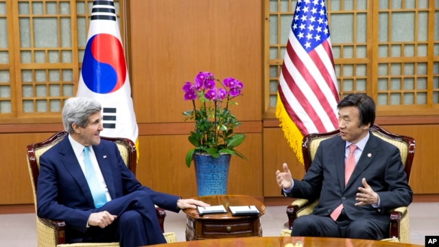U.S. Secretary of State John Kerry, left, and South Korean Foreign Minister Yun Byung-se, in Seoul, Feb. 13, 2014.