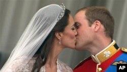 Le prince William embrassant son épouse Kate Middelton