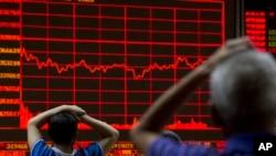 Các nhà đầu tư theo dõi chỉ số chứng khoán Thượng Hải tại một trung tâm môi giới ở Bắc Kinh, ngày 31/8/2015.