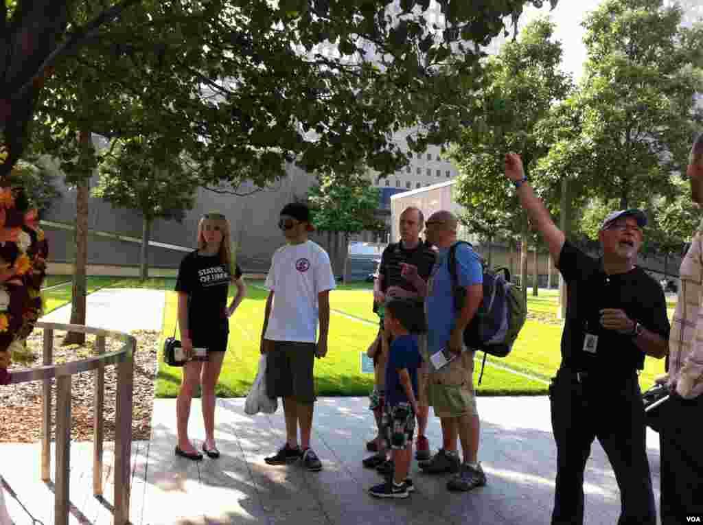 Des visiteurs sur le site du mémorial du 11 septembre à New York (Photo: VOA / Sandra Lemaire)