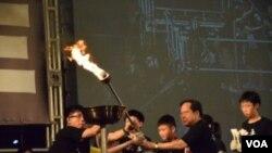 支聯會主席何俊仁與年輕人上台燃點火炬 (美國之音特約記者 湯惠芸拍攝)