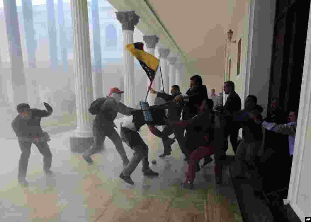 اس موقع پر پارلیمان کی عمارت میں فائرنگ اور دھماکوں کی آوازیں بھی سنی گئیں۔ حملہ آوروں نے پارلیمان کے کئی اراکین اور ملازمین کو مارا پیٹا اور توڑ پھوڑ کی