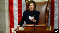 Ketua DPR AS Nancy Pelosi bersiap mengetok palu untuk mengumumkan pasal pemakzulan terhadap Presiden Donald Trump, di Capitol Hill, Washington, Rabu, 18 Desember 2019.