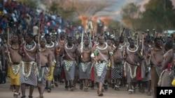 Le roi Mswati III, au milieu, lors du festival de danse royale annuelle du roseau au palais Ludzidzini de Lobamba, au Swaziland, le 28 août 2016.