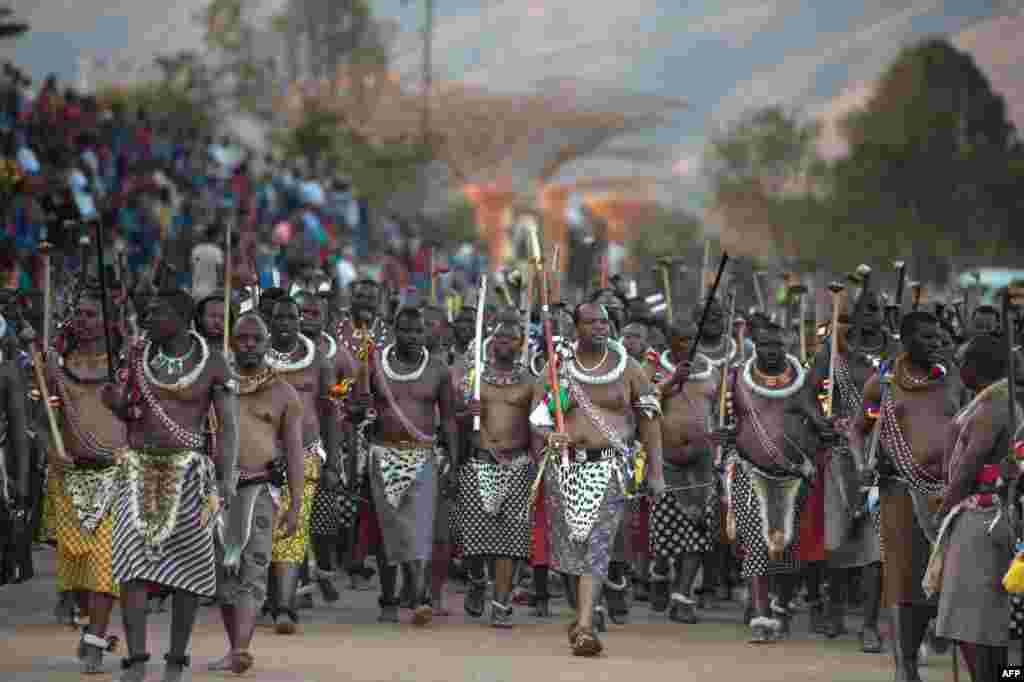 ព្រះមហាក្សត្រ Mswati III នៃប្រទេសស្វាហ្ស៊ីឡង់យាងចូលរួមក្នុងពិធីរាំងរែក Reed Dance នៅឯរាជវាំង Ludzidzini ក្នុងក្រុង Lobamba ប្រទេសស្វាហ្ស៊ីឡង់។