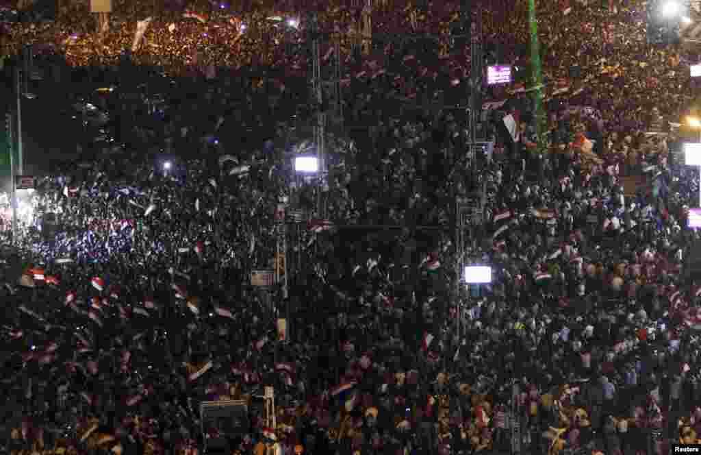Misir prezidenti Məhəmməd Mursinin istefası tələbi ilə etiraz nümayişlərinin iştirakçıları Qahirədə aksiya zamanı.
