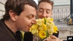 Tối cao Pháp viện và các tòa cấp dưới nói luật liên bang định nghĩa hôn nhân là chỉ giữa một người nam với một người nữ là vi hiến.