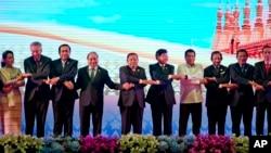 아세안 회원국 정상들이 6일 라오스에서 개막한 정상회의에서 단체 기념촬영을 하고 있다. 왼쪽부터 아웅산 수치 미얀마 국가 자문역 겸 외무장관, 리셴룽 싱가포르 총리, 프라윳 찬-오차 태국 총리, 쩐 다이 꽝 베트남 국가주석, 분냥 보라칫 라오스 대통령, 통룬 시술리트 라오스 총리, 로드리고 두테르테 필리핀 대통령, 하사날 볼키아 브루나이 국왕, 훈센 캄보디아 총리, 조코 위도도 인도네시아 대통령.
