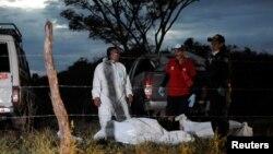 Forenses transportan los restos de los fallecidos en el accidente aéreo en Costa Rica.